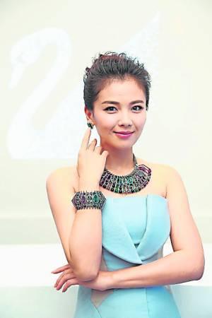 其实,刘涛女汉子形象不只局限于剧里的女巾帼角色,私下她更是一名赛车高手,也曾在比赛中力压群芳,摘下女子组的冠军宝座,可见水平不容小觑!