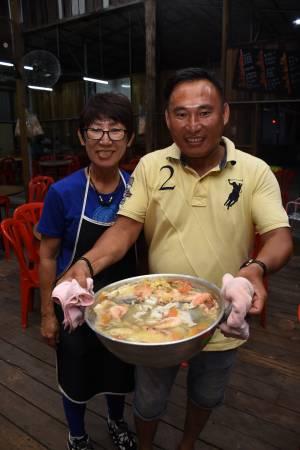 """老板蔡连明和银姐向记者推荐镇店隐藏菜单""""海角炒""""。"""