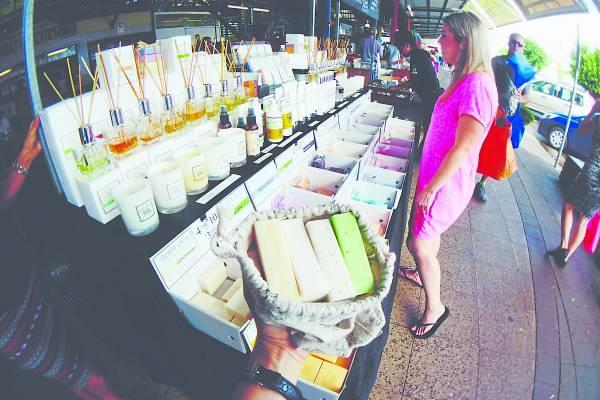 在澳洲的农夫市集上,碰到售卖裸包装肥皂的小档口,马上用布袋买了好几块回家,一块价格才7 澳币。