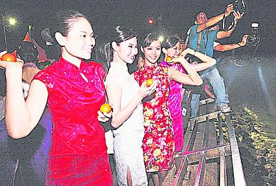 很多未婚男女都会在元宵节抛柑觅伴侣。
