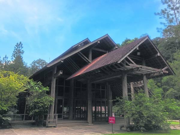 山中茶原的建筑物以木为主,颇有端庄恢弘的感觉。