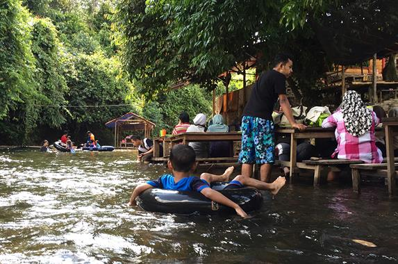 在河床中用餐,就算孩子戏水,你也不用怕孩子走失。
