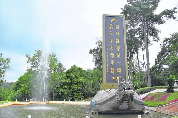 龙龟景点,吸引无数游客前来拍照留念。