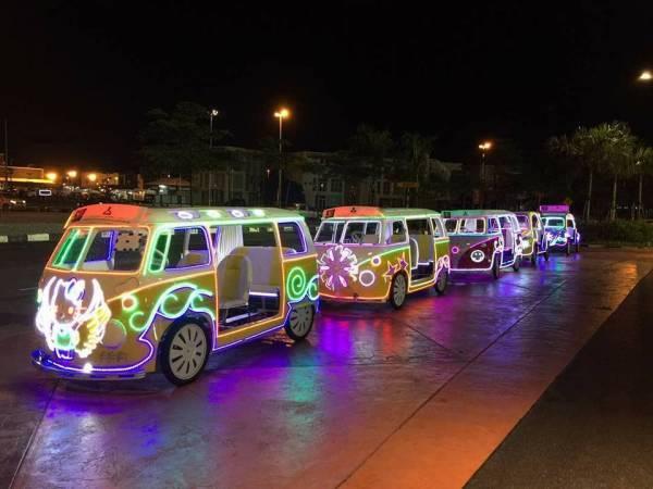 不管是三轮车还是炫目夺丽的彩灯车,绝对是人人抢搭的交通。