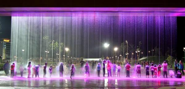 """晚上八时至十一时会开放水幕帘,让民众享受""""水柱""""按摩,消除疲劳。"""