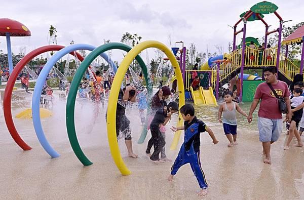 不管是晚上或白天很多家长带着孩子来到这里玩水消暑,享受天伦之乐。
