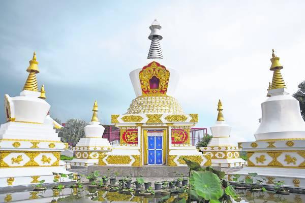大佛塔由尼泊尔师傅特别设计铸造。