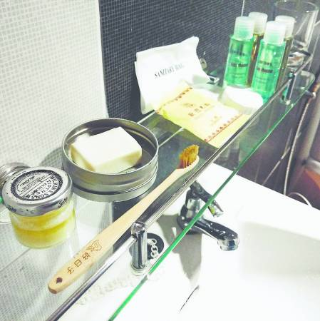 每次外出,我只需携带马赛皂、竹牙刷和自制牙膏,就可以避免使用酒店提供的一次性盥洗用具。