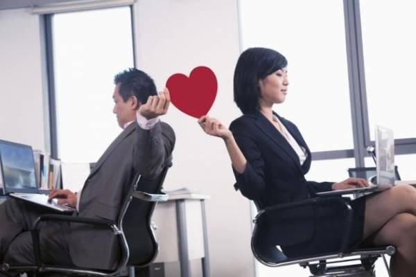 日本的加班文化盛行,企业中的同事联谊也时常举行,同事间相处的时间往往多过与家人,也容易产生职场婚外情的发生。