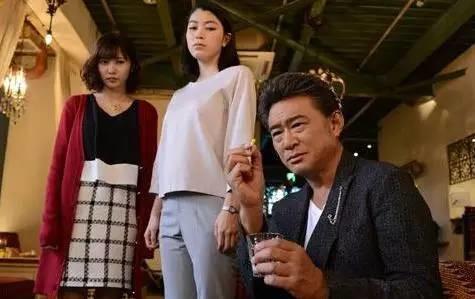 """日剧《黑暗中的10个女人》中的男主角风流多情,外有10个情妇,其中有剧情时情妇碰到正室后,無一不是忐忑不安,甚至需要下跪求饶的情节,显现日本小三完全""""嚣张不起""""。"""