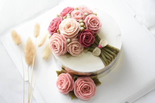 做成大小不一的花朵后,媄珺再发挥自己的艺术细胞,将一朵朵裱花摆放到蛋糕上,形成小花海。