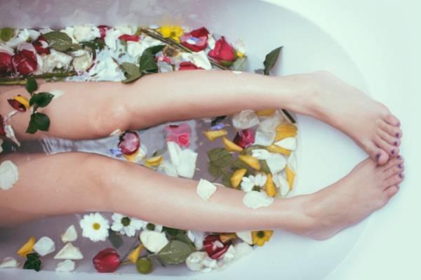 以荷花、百合、玫瑰、兰花、郁金香、牡丹及水仙等七色花一同入浴,亦有驱邪之用。