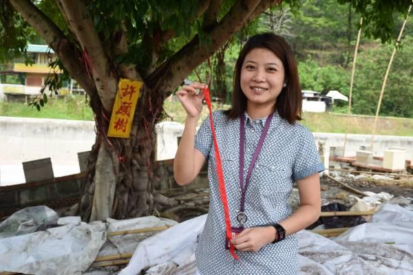 在红丝带上写上愿望,希望神明辅助愿成真。