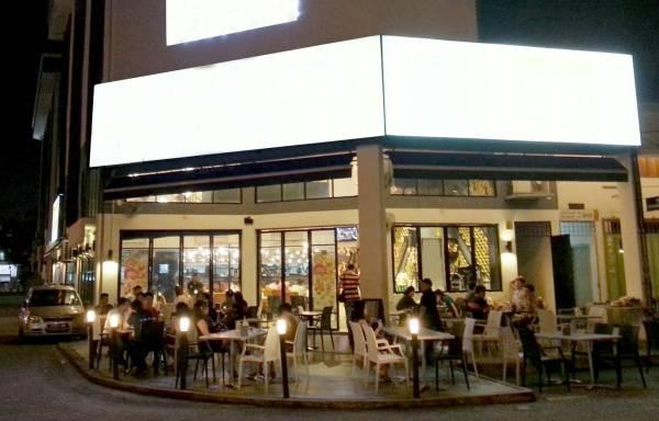 很多餐饮业者都会选角落间的店铺,将桌椅排到外面,其实这是犯风水煞,不能聚财啊!