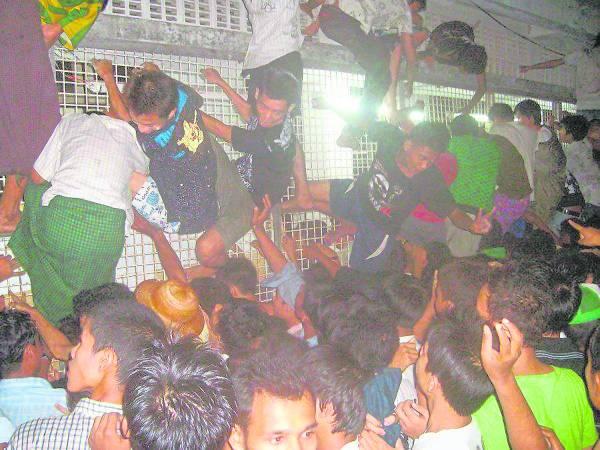 缅甸发行最大的英文媒体《伊洛瓦底》报导高考凌晨放榜的新闻,现场可见人群犹如恐怖片的「丧尸」场景,令人触目惊心。