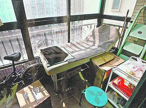 一名曾接受微整容速成班的学员,在家中狭窄露台安放美容床当手术室,以整容师身份替客人割双眼皮及打美容针。