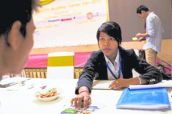 在缅甸的职业市场,超乎反常的重视学历,即使招聘一个小店员,也要求须大学毕业生。