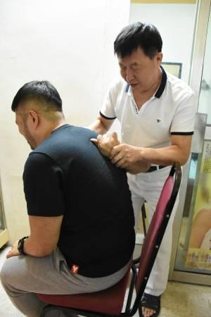 记者本身有偏头痛问题,而赵医师测出其右边肩骨带有肿胀,所以马上做调整。