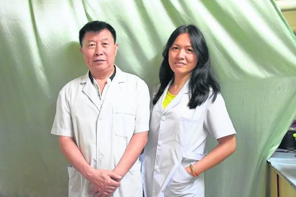 来自中国辽宁省的赵明禹医师,即将回国退休,但他已将毕生绝技传授予刘雪芬。
