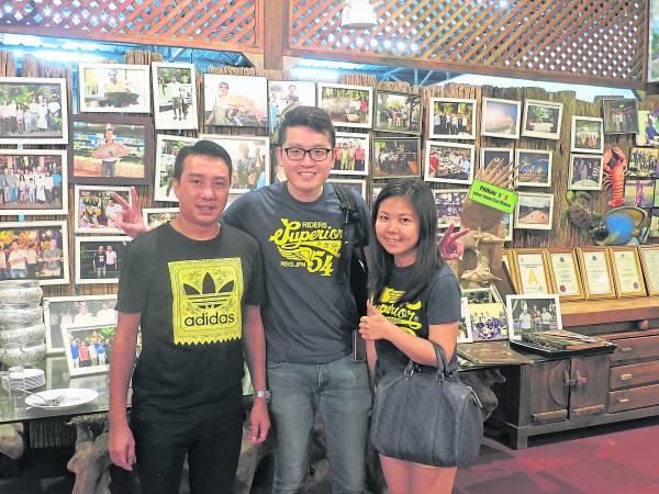 鹰海湾海鲜餐厅负责人龙哥(左)表示,中国土豪素质提升,不但肯花大钱,也不随意刁难,很容易服侍。