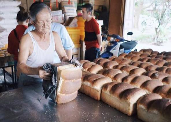 潘家华坚守炭窑60多年,坚持以手工烘培海南面包。