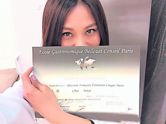 蔡健雅凭着自己的烘焙手艺考获法国甜品证书。