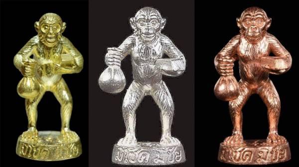 特别版富贵圣猴左手抱着金砖、右手执个黄金富贵袋,法牌有金、银、铜三种不同颜色,已被信徒奉请完,如今市面上完全没有货了。