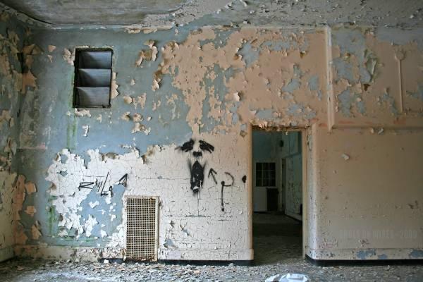 """病院里的墙壁遭探险者涂鸦,画上了恐怖的脸孔,会不会有人以为这就是""""幽灵""""?"""