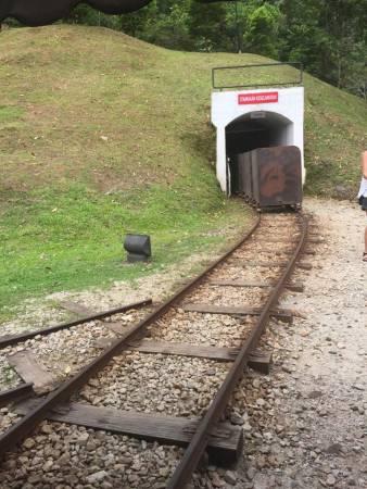 嘟嘟……坐上这辆旧火车进去那黑漆漆的隧道洞穴,是个很特别的经历呢!