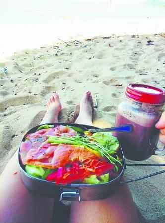 在凯恩斯海滩,用饭盒和玻璃罐买了一份三文鱼沙拉和热巧克力,享受阳光和沙滩!