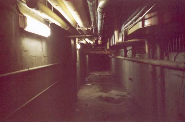 《墓地邂逅》的剧组人员到精神病院拍摄节目,结果他们发现自己迷失在一个像迷宫一样的诡异之地,有的只是无尽的走廊。