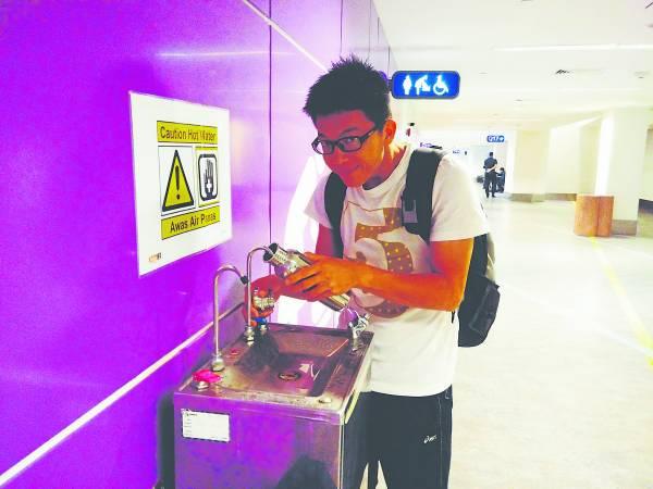 现在大部分机场都有饮水机,只要有携带水瓶就可以了。