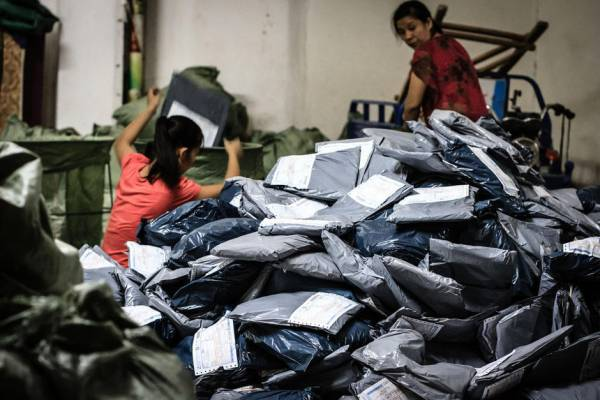 淘宝村于内地四处涌现,到处都是以胶袋包装的货品。(图片来源:news.house.qq.com)