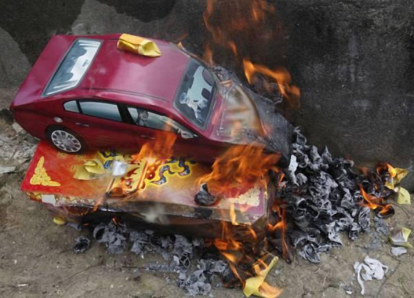 很多人扫墓时,都喜欢烧纸扎车给祖先,但吴道长表示,这些迷你纸车到了阴间却变成玩具车,不适用。