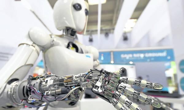 智能机械人时代正式来临,虽然方便市民生活,但有专家预计未来五年全球将有五百多万人沦为失业大军。