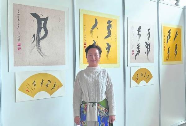 高嘉不但是中国女书文化交流大使,也是中国女书文化传承人之一。