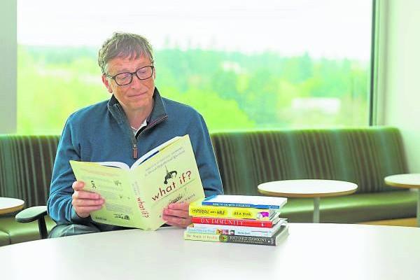 世界首富比尔·盖茨是一个很喜欢读书的人,他经常会选择闭门谢客来读书充电和思考。