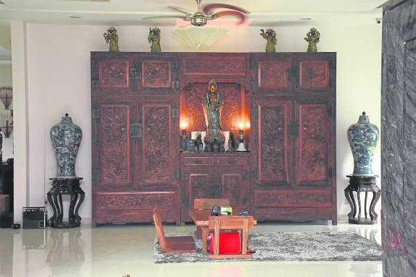以黄花梨木手工精雕而成的大龙顶柜,乃民国时期的官窑珍品,估计市值超过100万令吉。