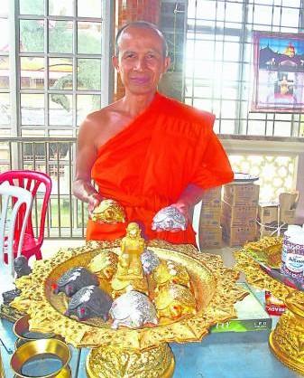 帕古乐坤高僧表示,以镍莱粉制作的发财圣龟不但可以招来正横财,也能庇佑合家平安。
