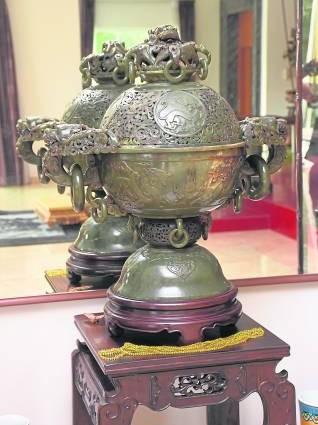 清朝时期的珍品——龙鼎,以大型和田碧玉雕琢而成,一体成型,古代用作焚沉香之用途。
