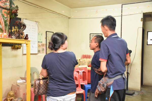 """印尼工人Romi惹上""""肮脏东西"""",老板夫妇赶紧强行带他到神坛面前,等待佛爷出手救命。"""