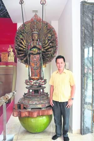 """刘博士视为""""家传之宝""""珍藏的宋代千手观音木雕神像。"""