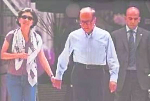 真正让周凯旋与李超人恋情曝光的是零六年八月的罗馬游,兩人在西班牙广场十指相扣漫步街头。