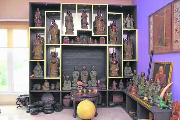 这个柜摆放的乃是龙泉窑神像与夜明珠,不管是神像还是夜明珠都价值不菲。
