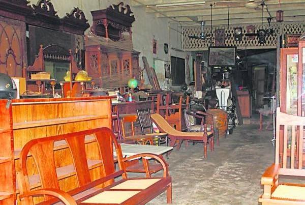 简陋的老店摆满各种木制家具等待袁国城修复。