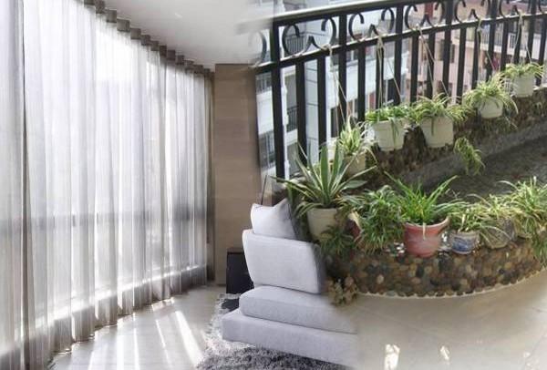 韻光老师表示,若遇上光煞,在阳台上可设水池、植物以及挂上朦纱窗帘,便可化解。