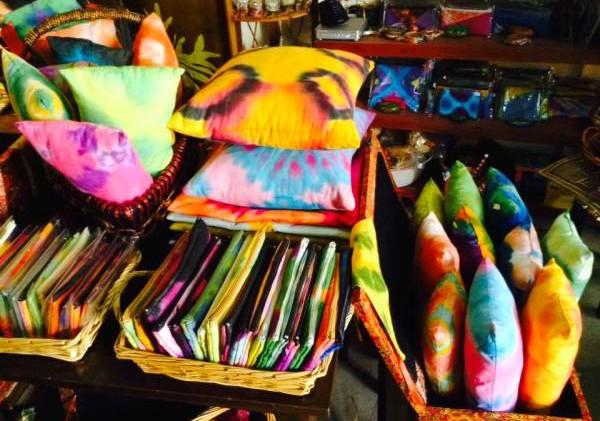 颜色鲜艳的峇迪制成各类布质品是送礼的首选。