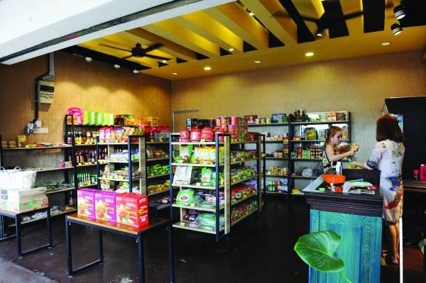 ◆等待上菜时,食客还可以先逛逛越南杂货店。