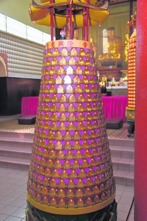 许多善信都会到观音寺点燃平安灯,保佑一家。