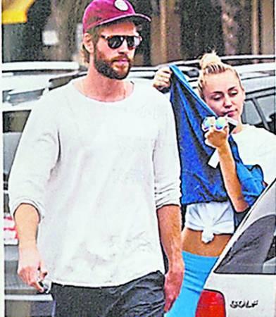 与未婚夫Liam Hemsworth复合后,病情看似没有好转,早前突然在街上脱去上衣。